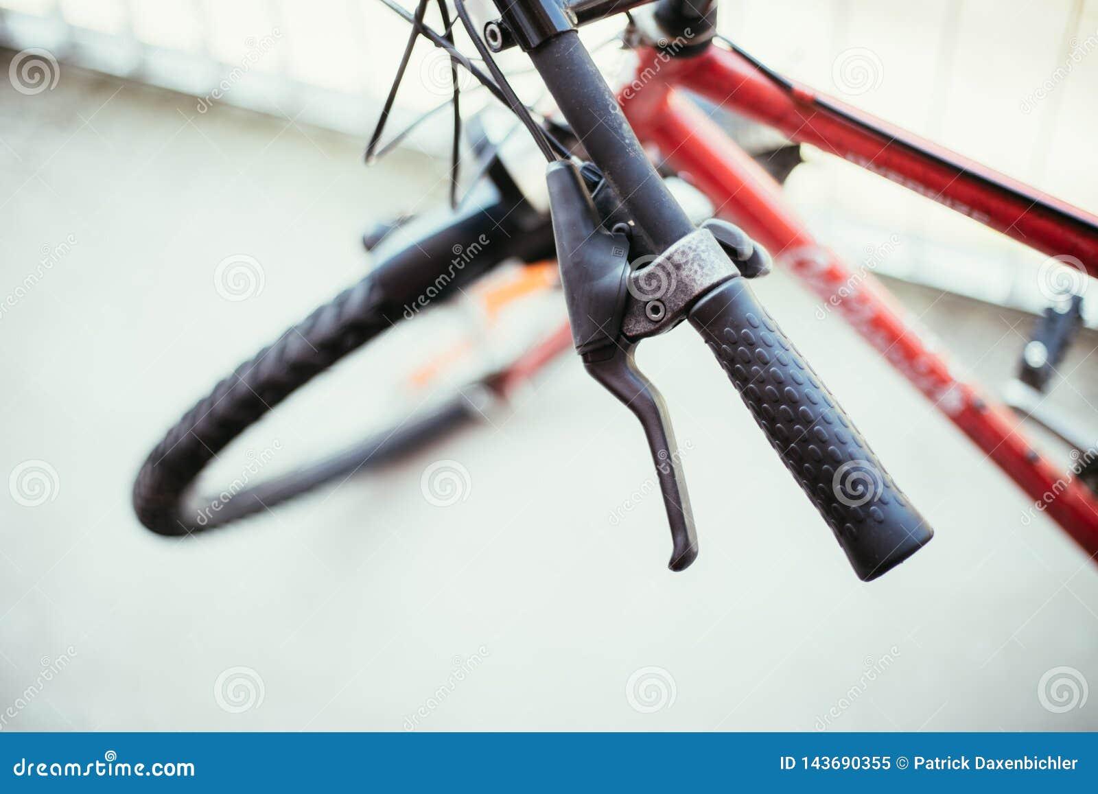 Vada in bicicletta il manubrio e le rotture, la riparazione della bici, fondo vago