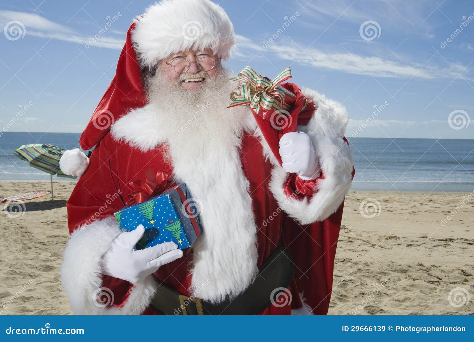 Vader Christmas Stands With Zijn Zak op Strand