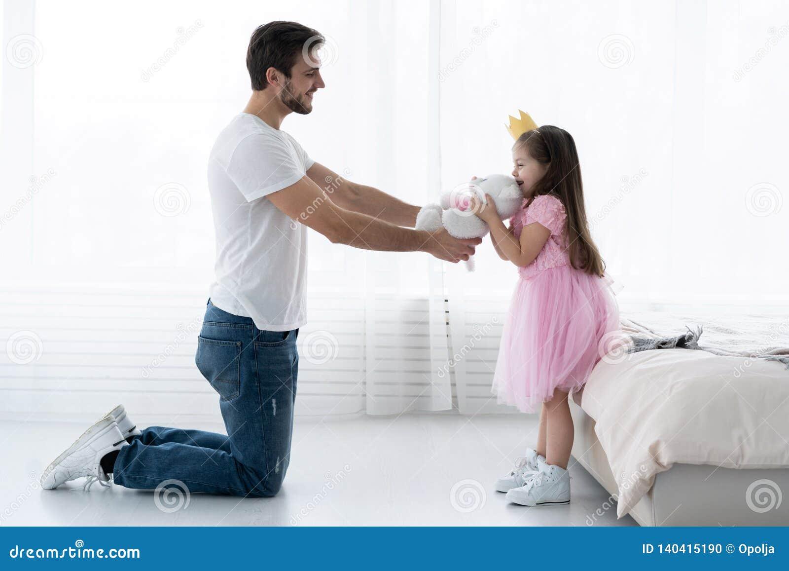 Vader Congratulates Daughter met Gelukkige Dag 8 Maart Dochter en Vader Smile Groot draag voor Mooie Dochter
