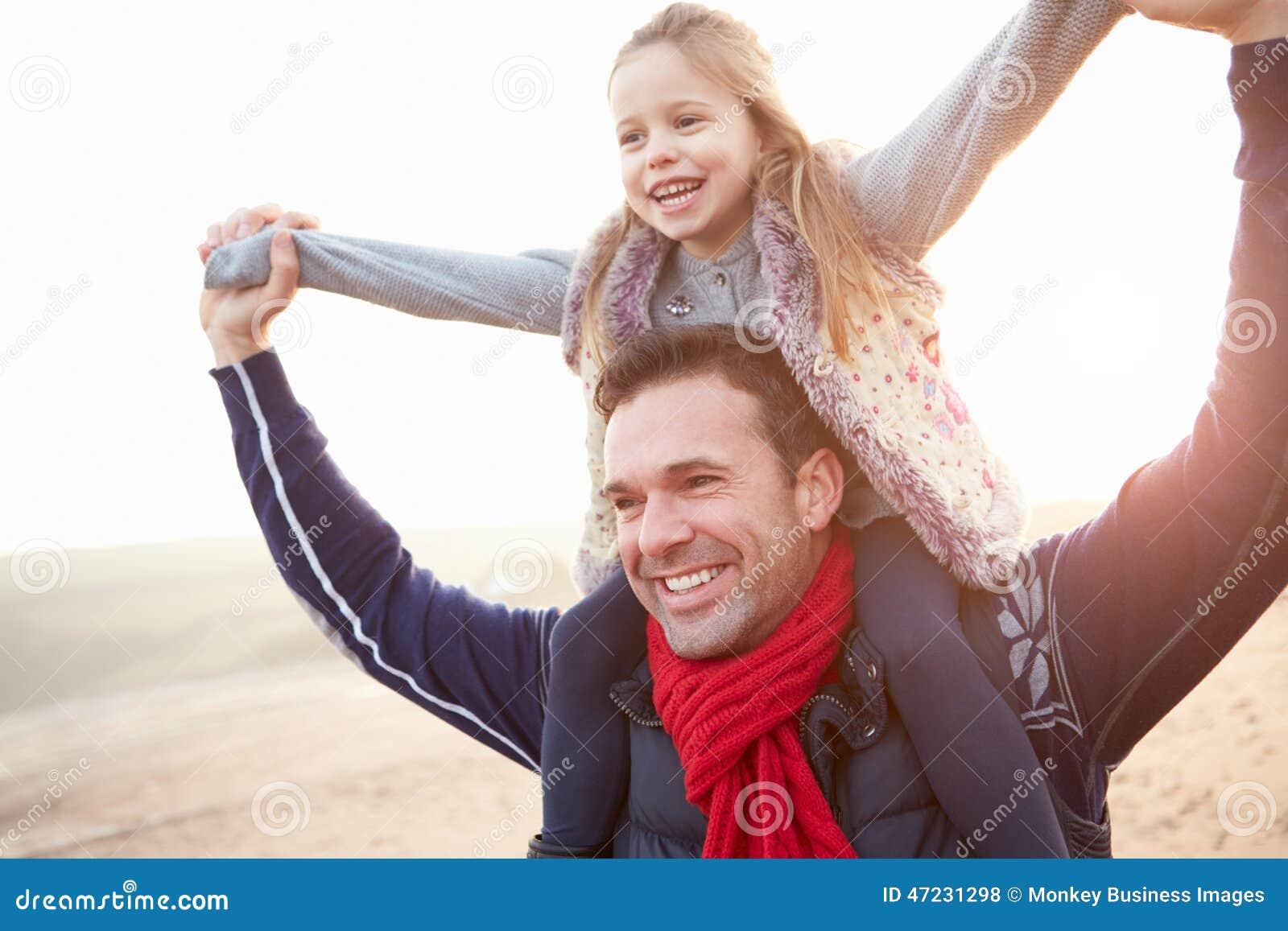 Vader And Daughter Walking op de Winterstrand