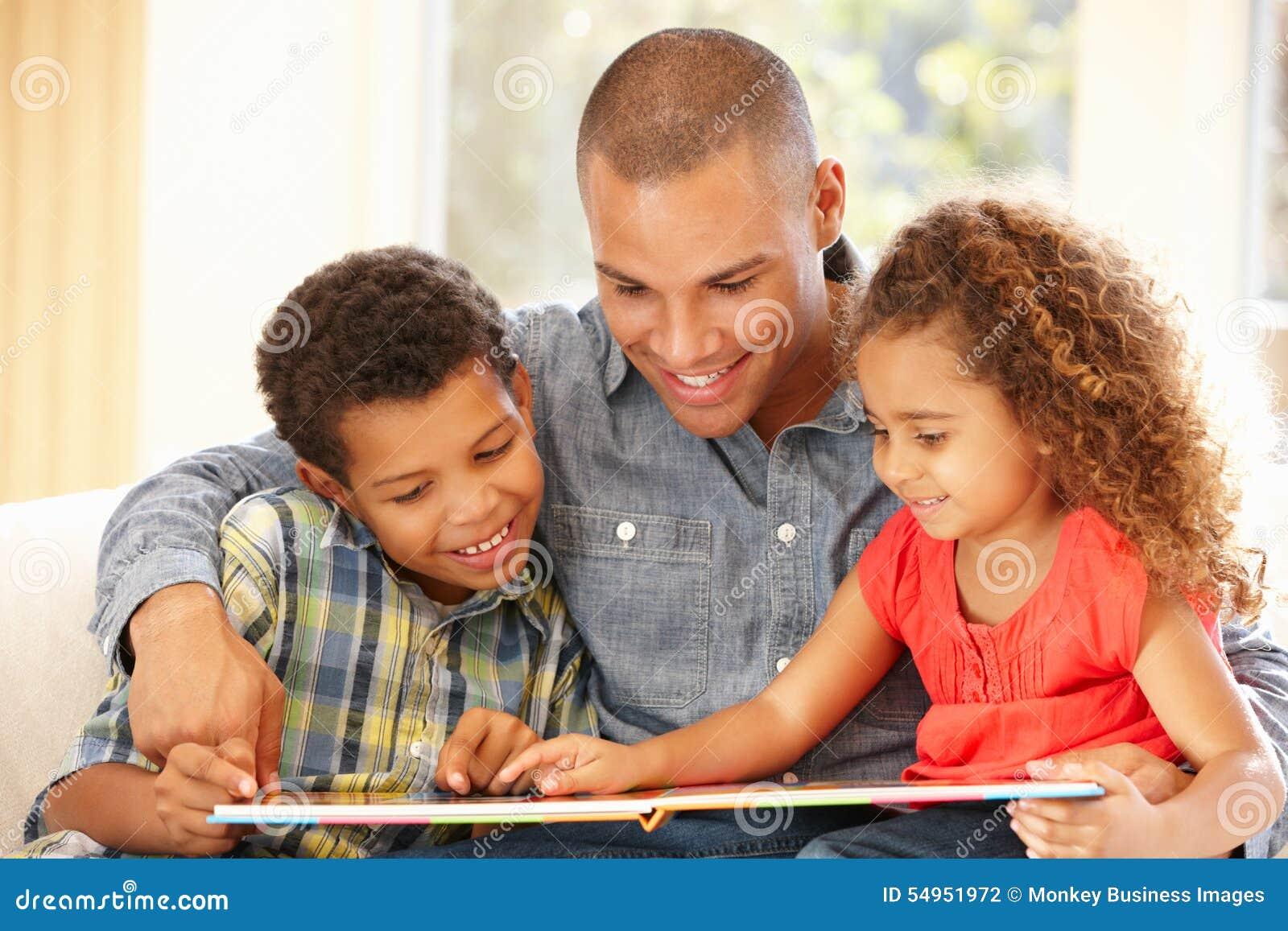Vader die aan kinderen leest