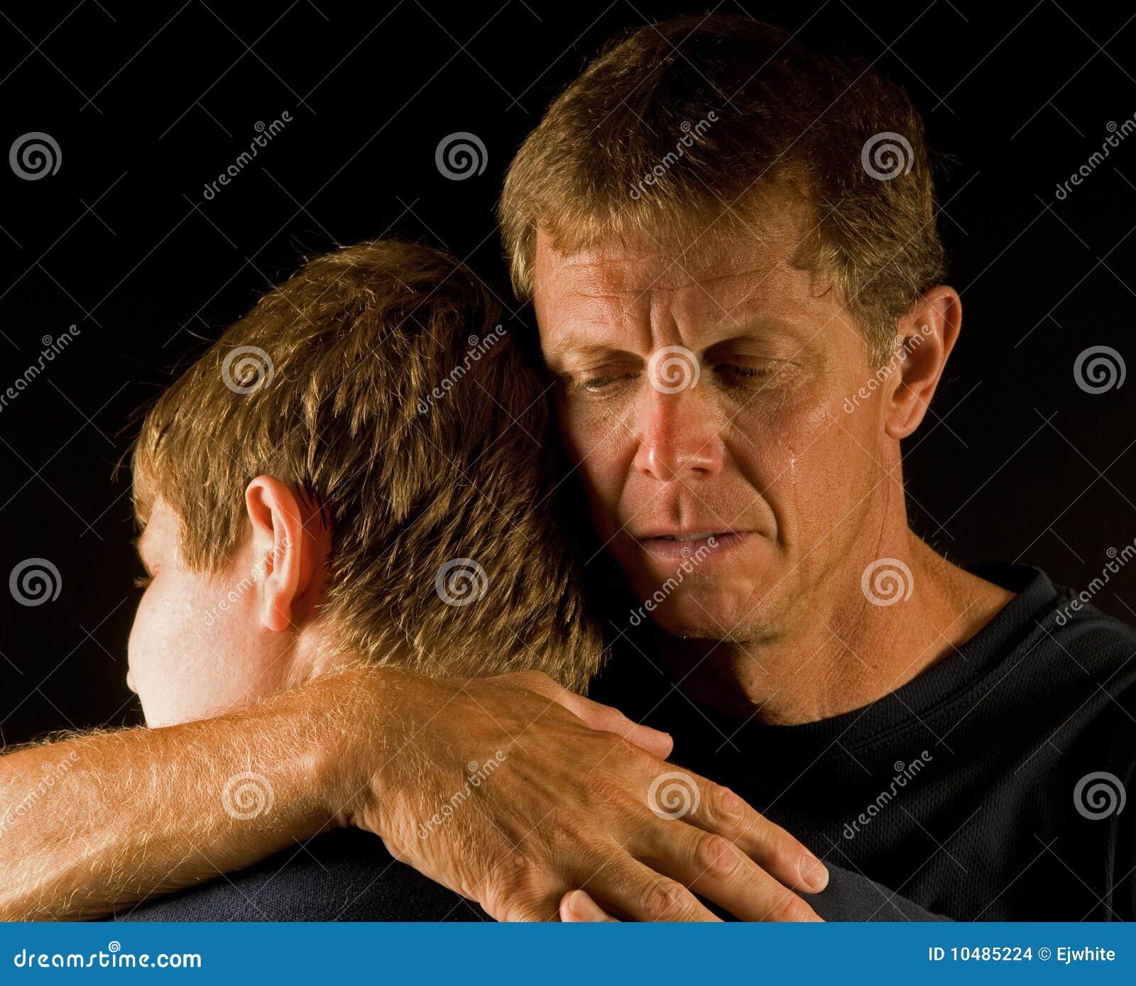 Vader, die koestert zoon de schreeuwt