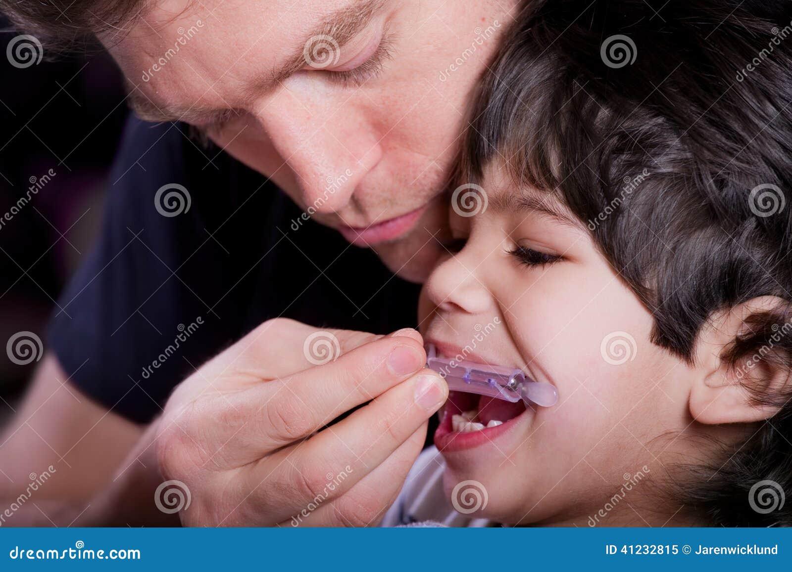 Vader die zijn gehandicapte zoon helpen