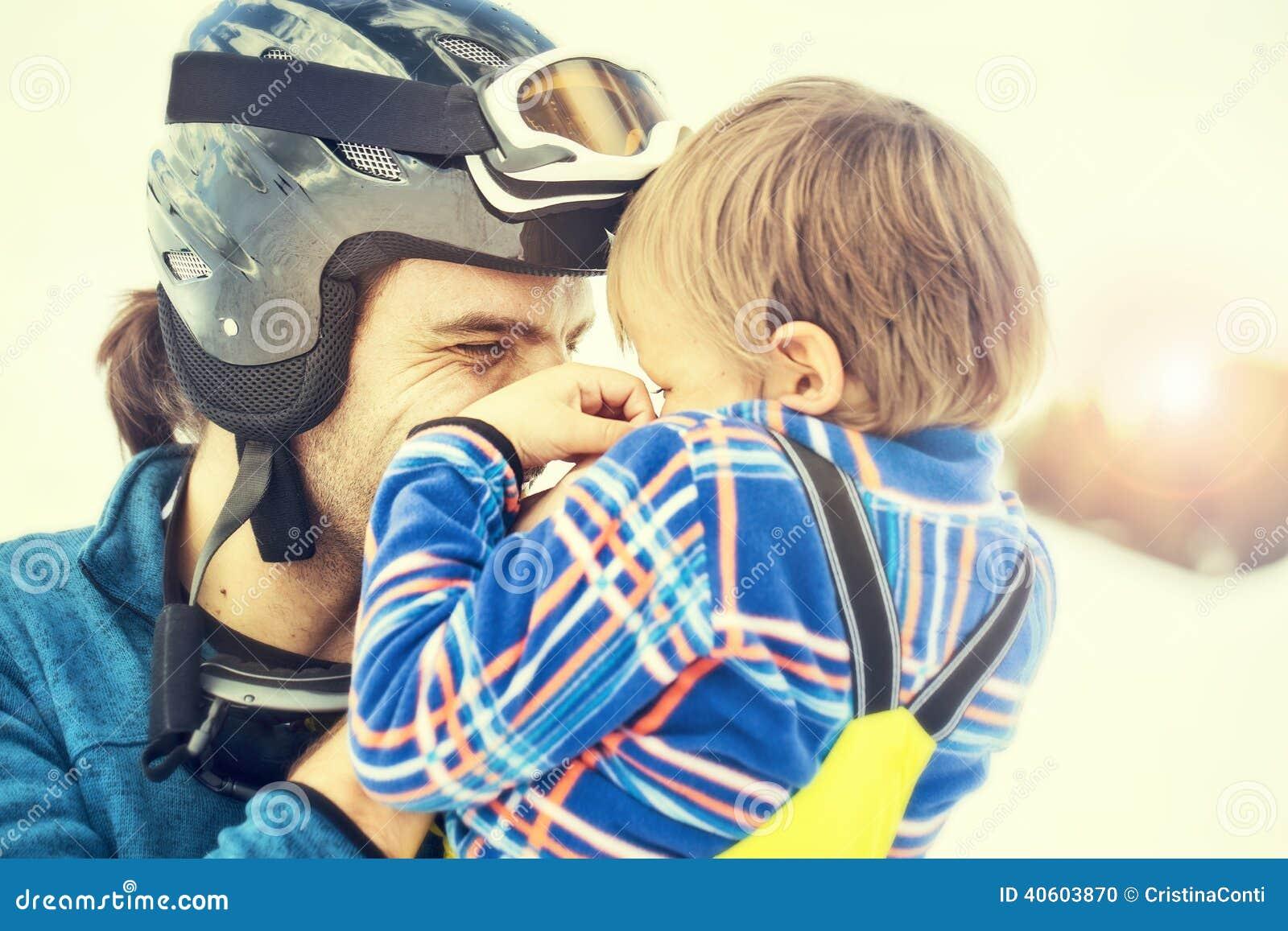 Vader die zijn zoon affectionately koesteren