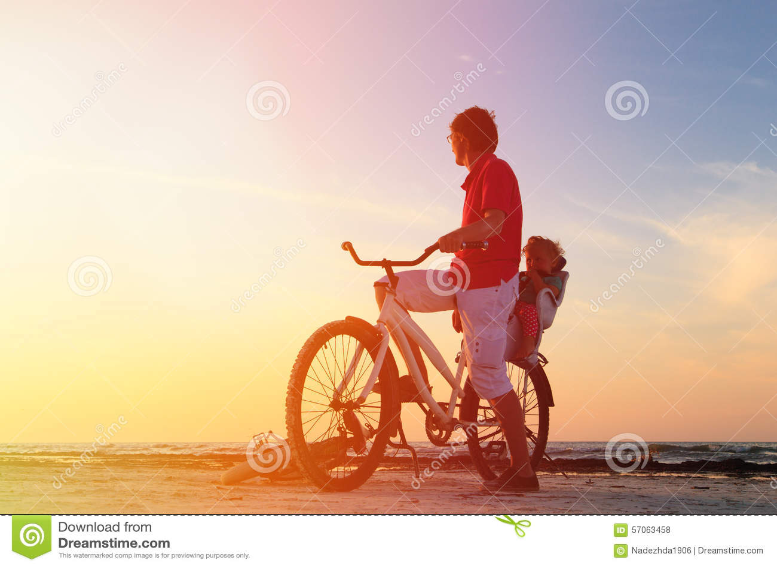 Vader en baby het biking bij zonsondergang