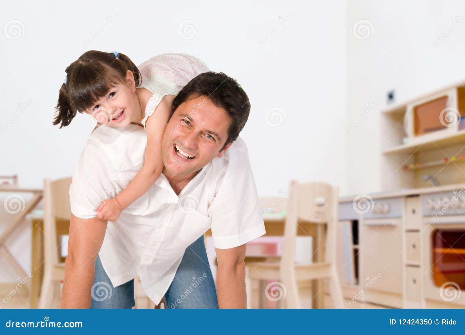 Vader en dochter die samen spelen