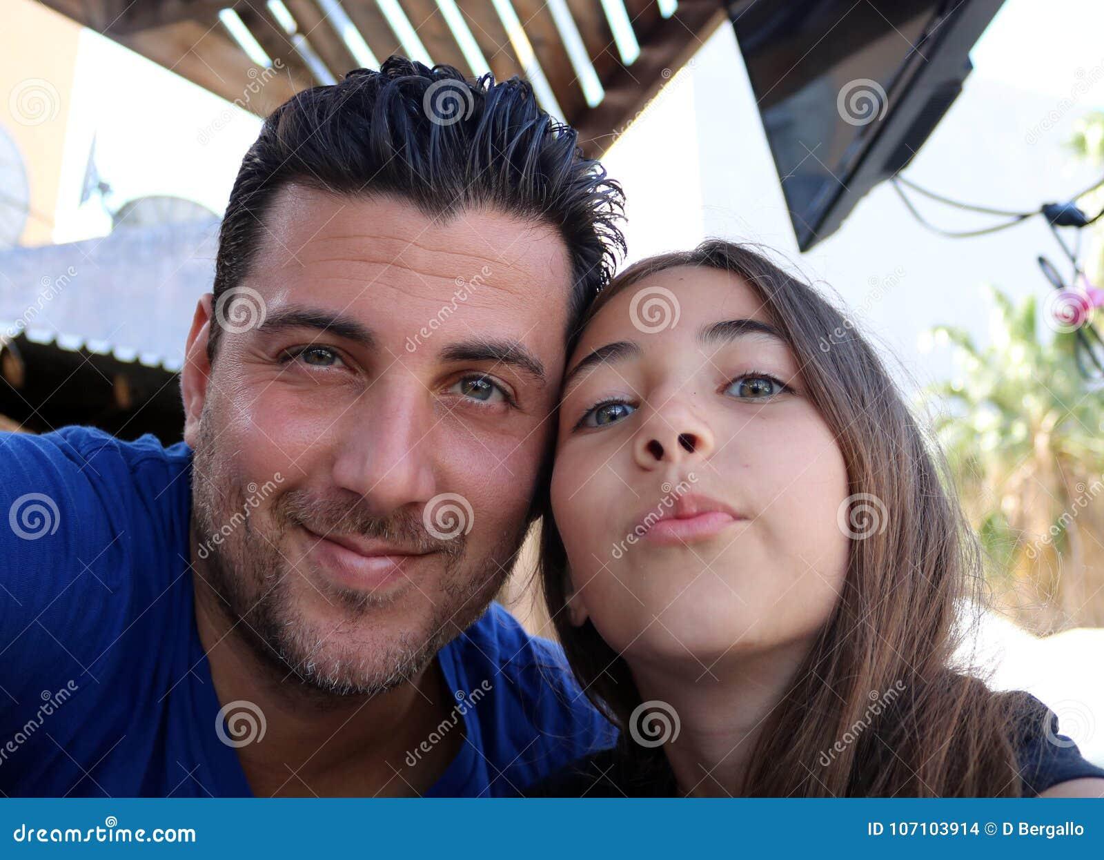 Vader en dochter gelukkige het gelukfamilie van gezichten schitterende portretten