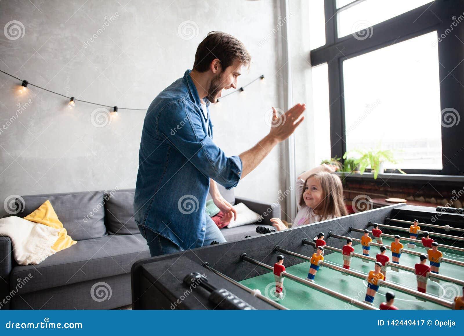 Vader en dochter speellijstvoetbal thuis