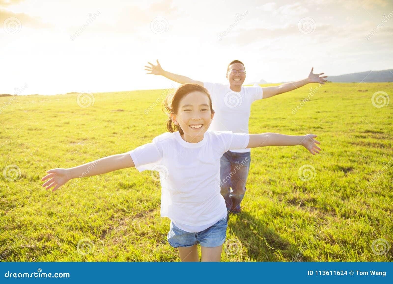 Vader en kind die op weide lopen