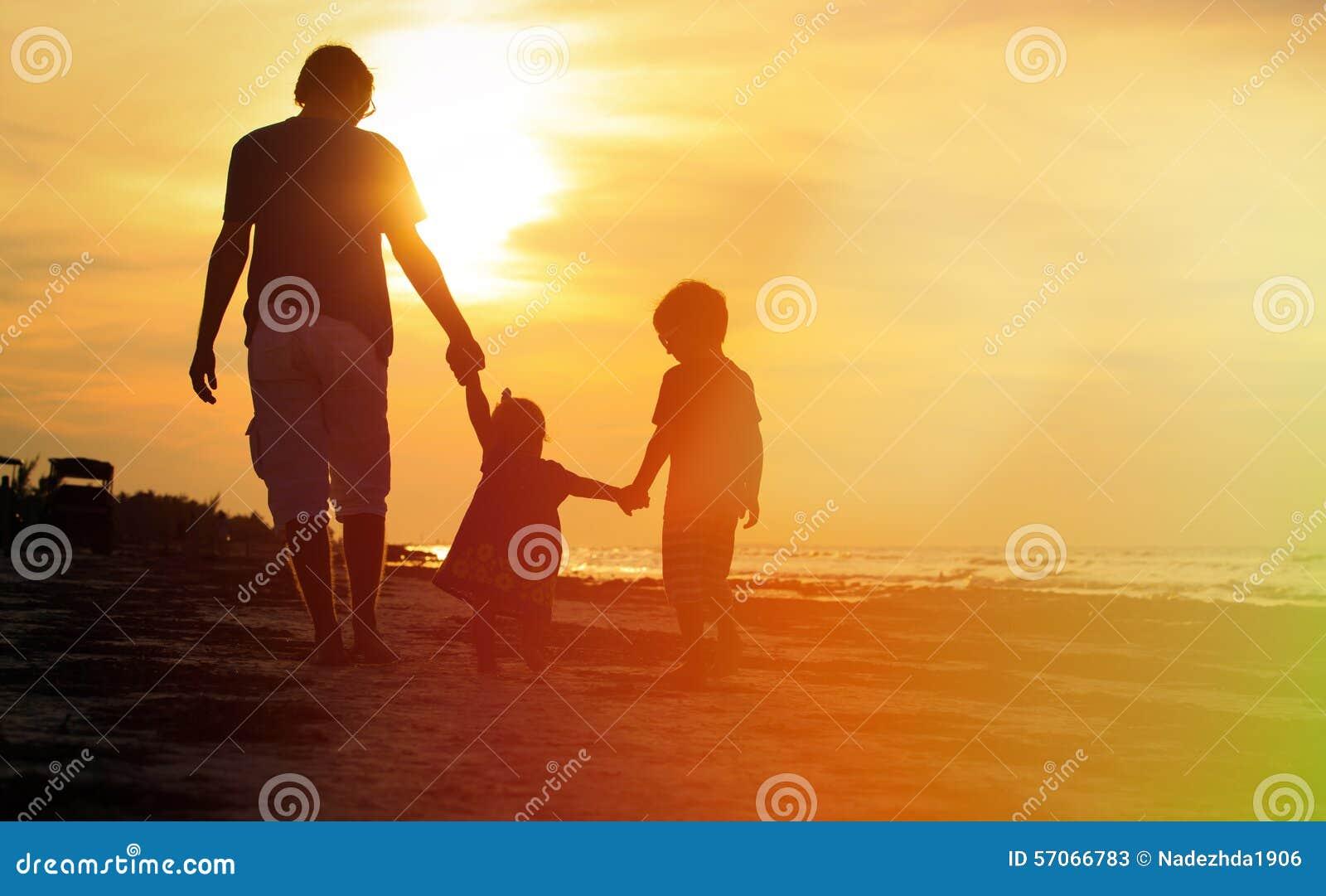 Vader en twee jonge geitjes die bij zonsondergang lopen