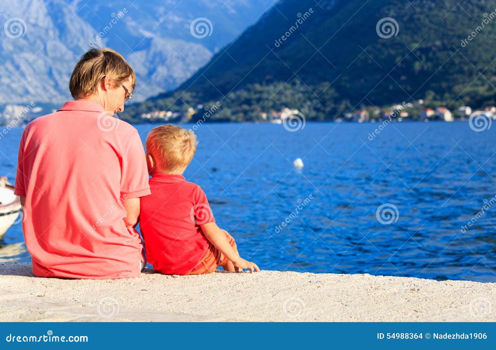 Vader en weinig binnen het spreken op toneel overzees strand