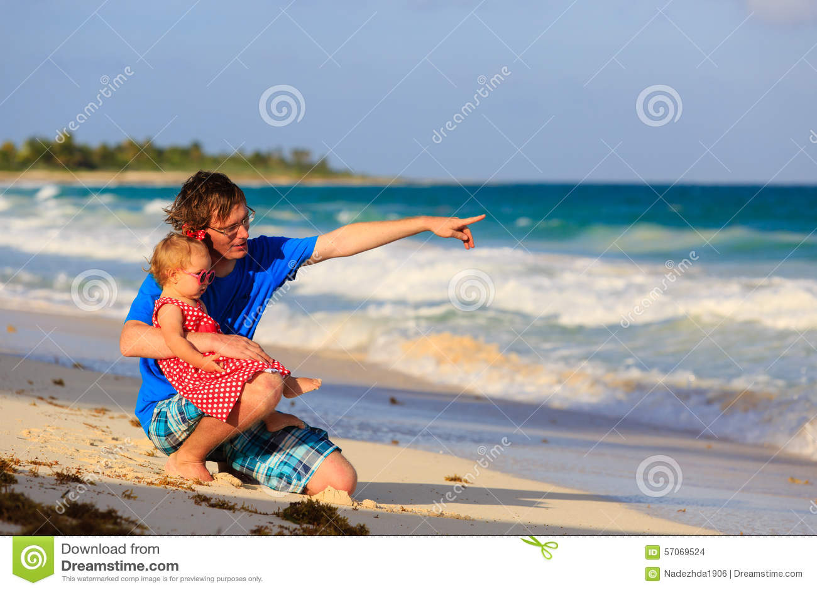 Vader en weinig dochter die pret op strand hebben