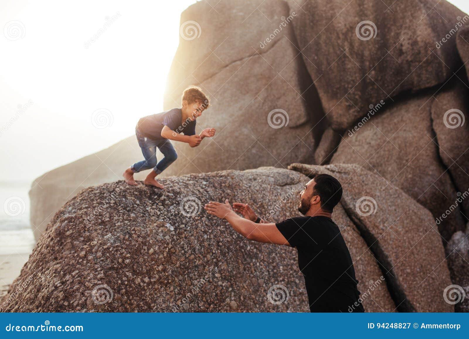 Vader en zoon die pret op de zomervakantie hebben