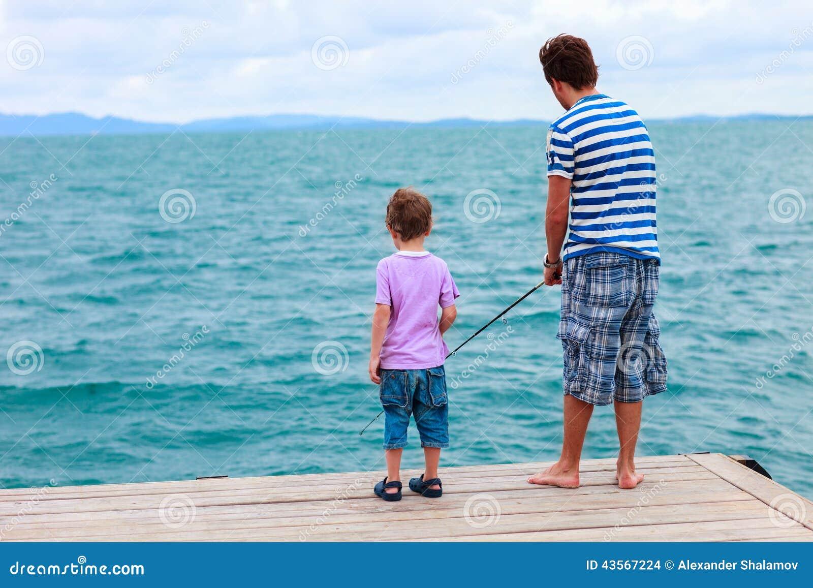 Vader en zoon die samen vissen