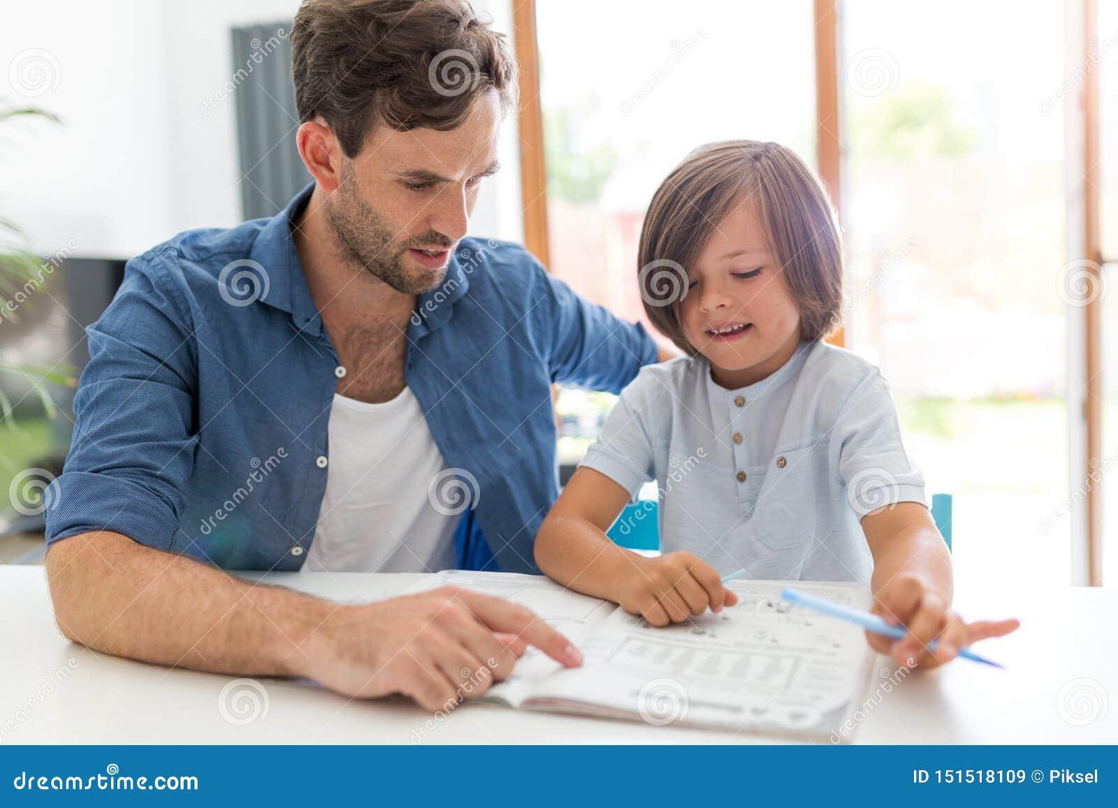 Vader en zoon die thuiswerk samen doen