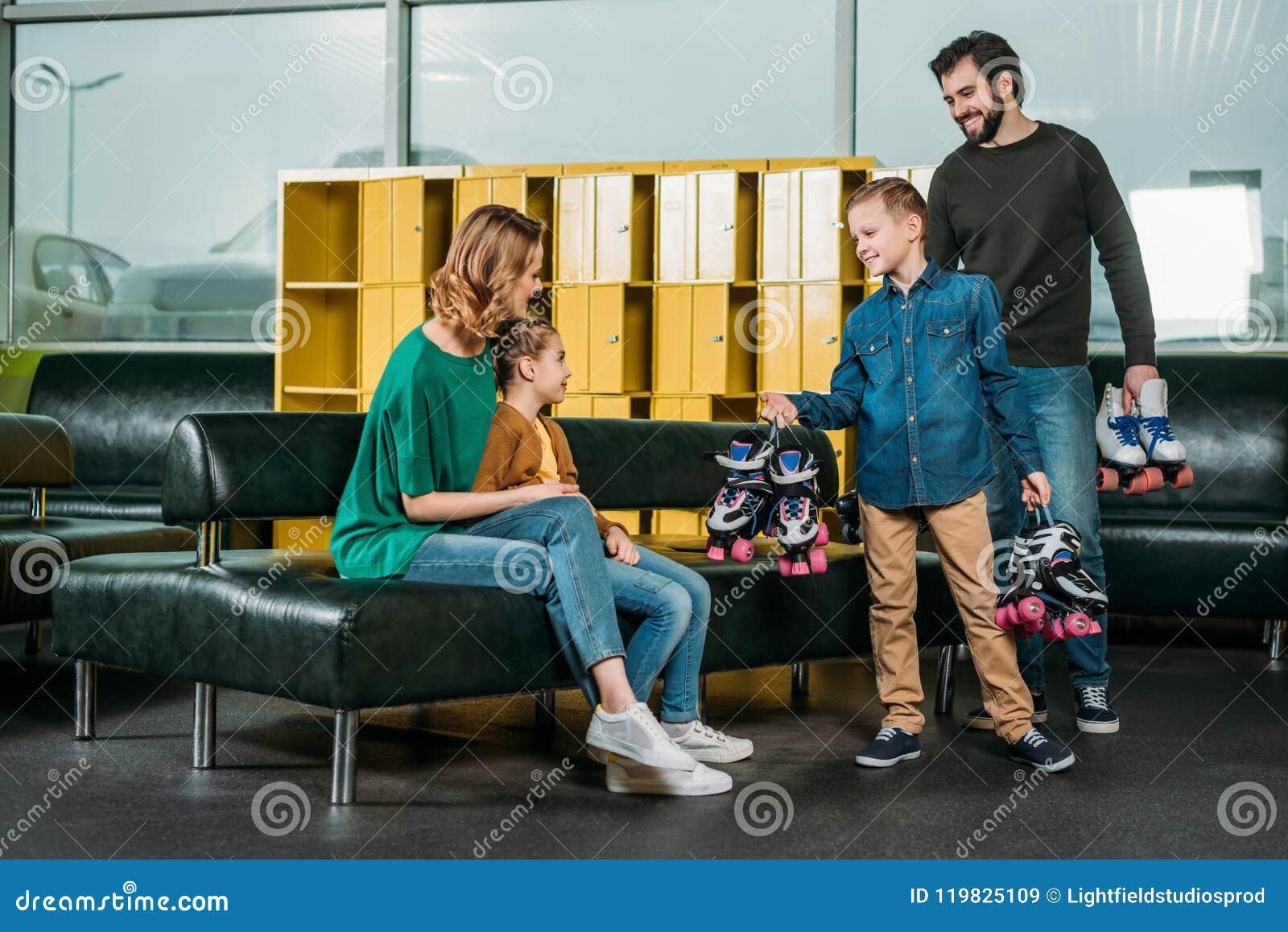 Vader en zoon gebrachte rolschaatsen voor familie