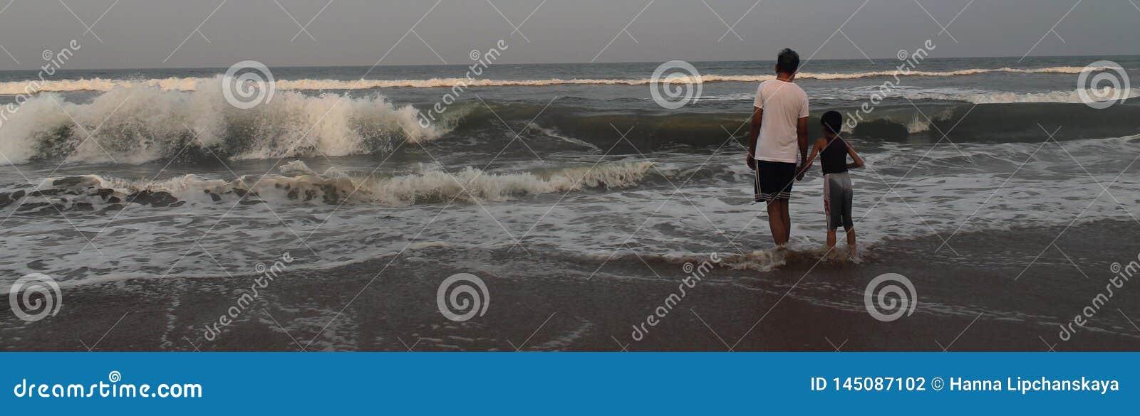 Vader en zoon in het strand