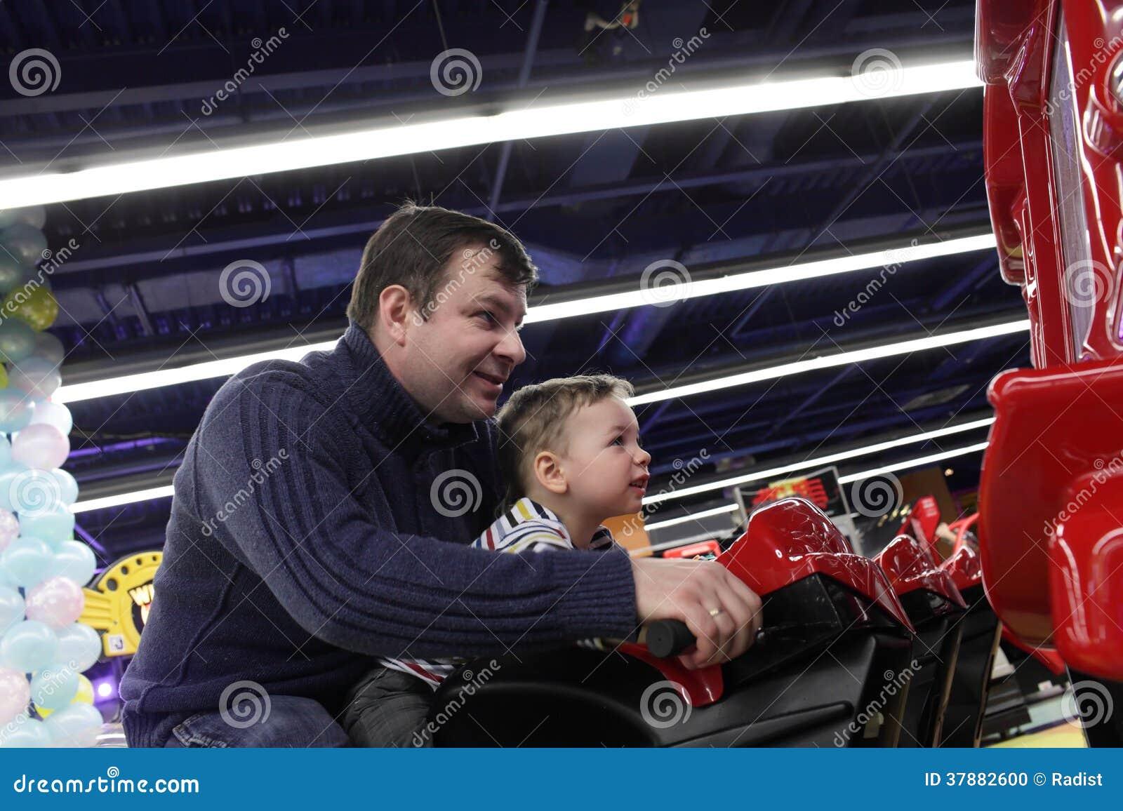 Vader met zoon bij een pretpark