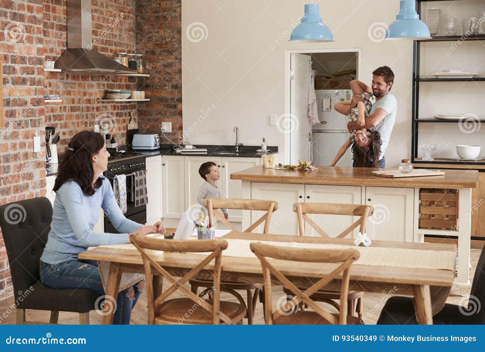 Vader Plays With Children als Moederwerken aangaande Laptop