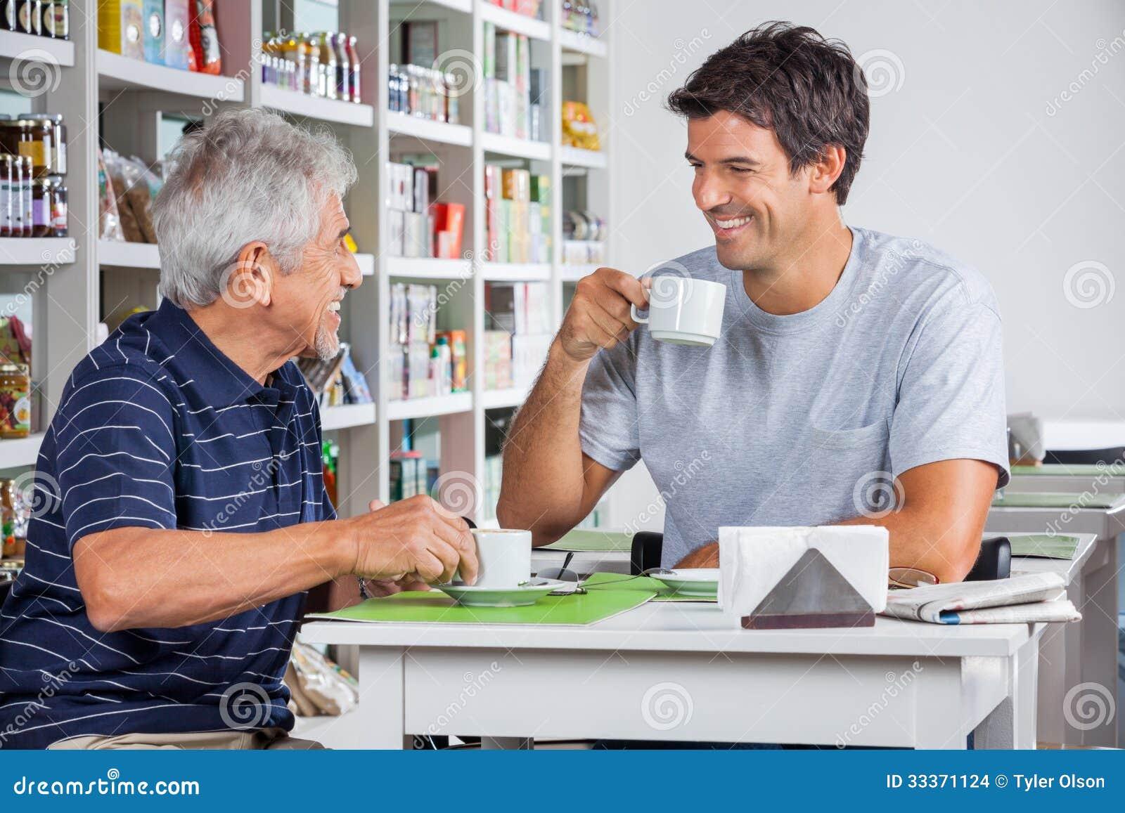 Vader And Son Communicating terwijl het Hebben van Koffie