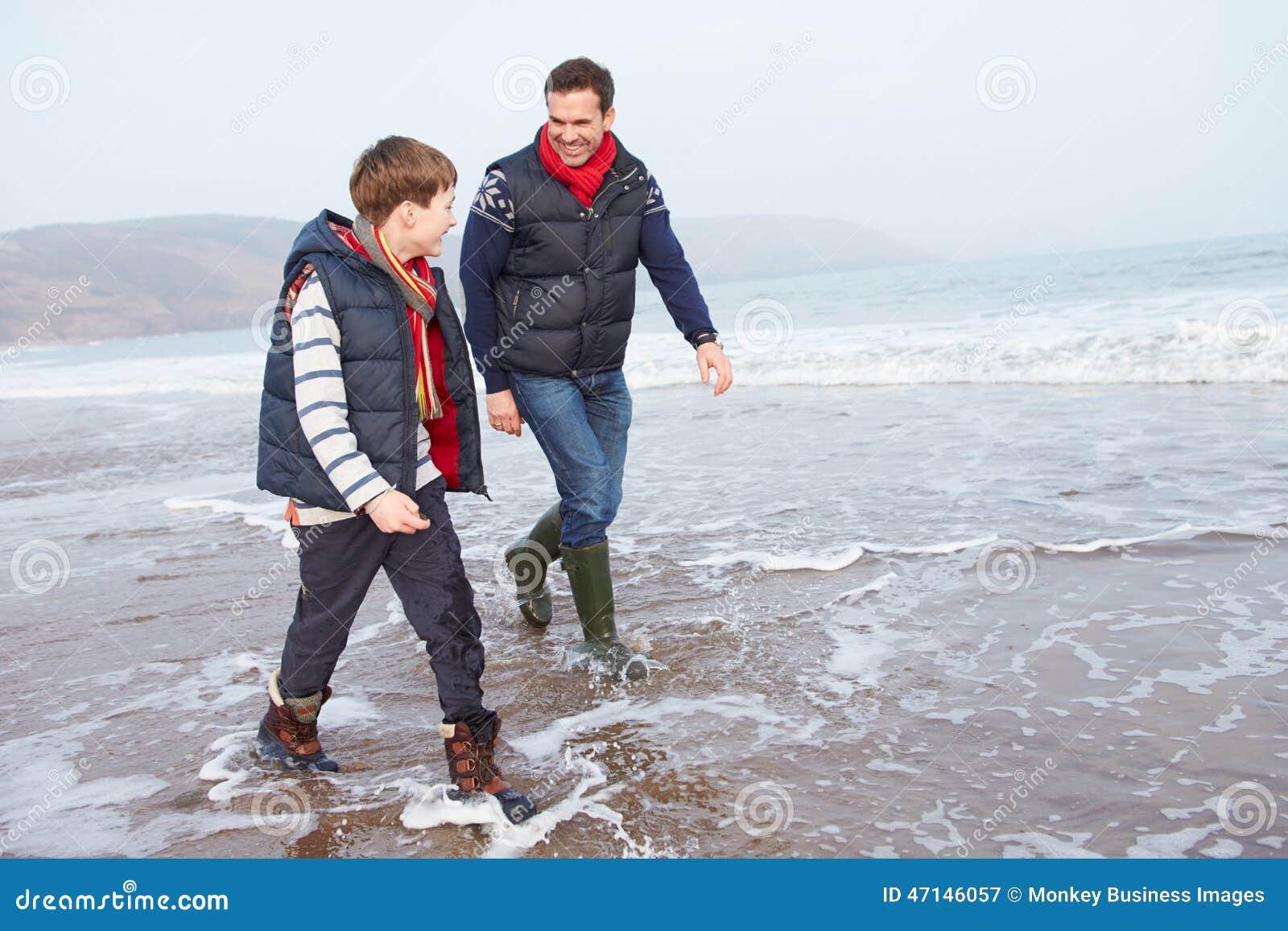Vader And Son Walking op de Winterstrand