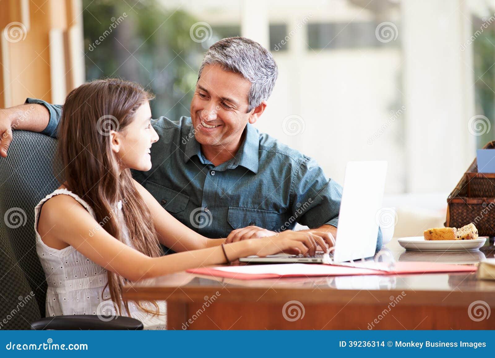 Vader And Teenage Daughter die Laptop samen bekijken