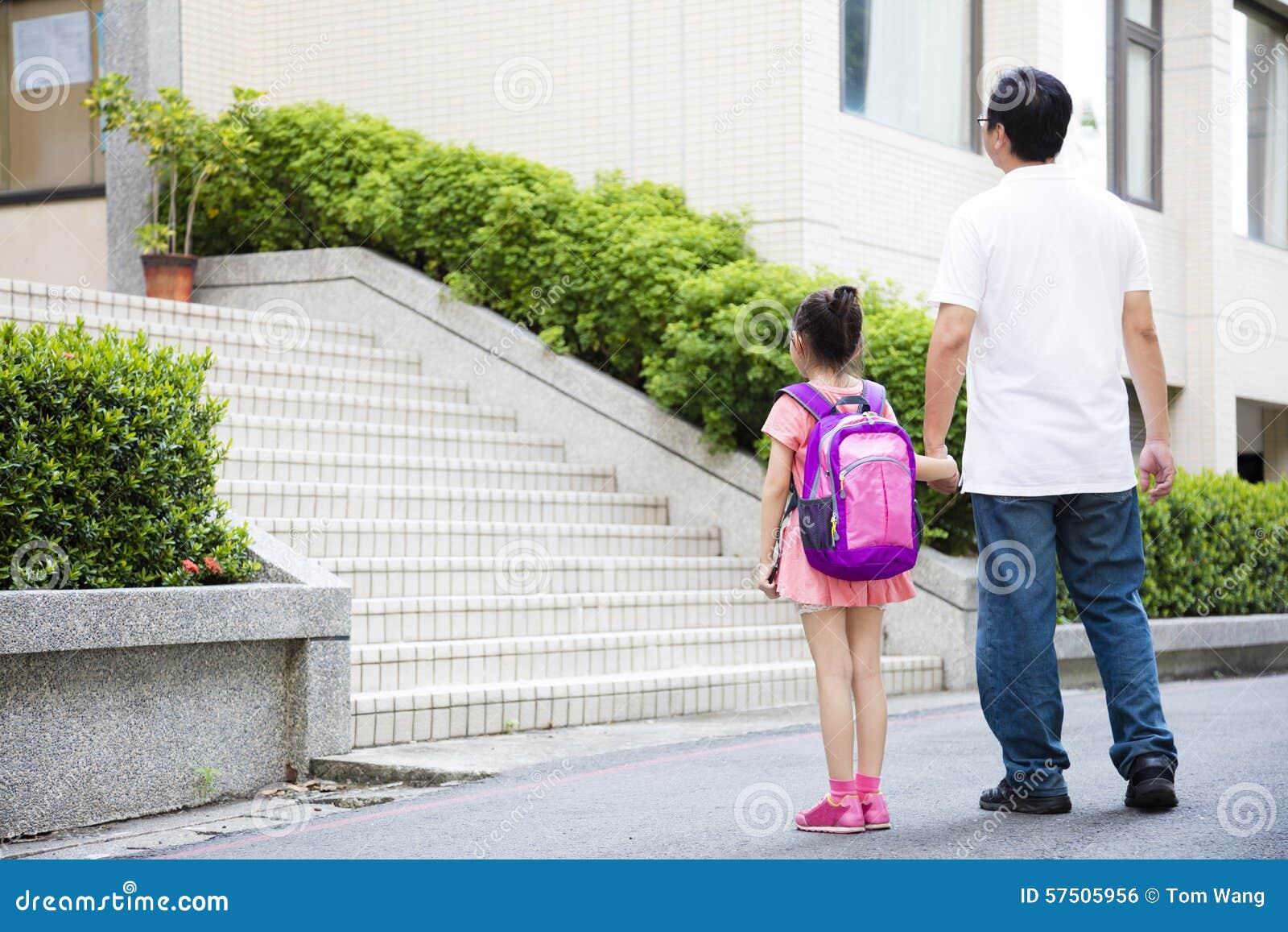 Vader Walking To School met Kinderen