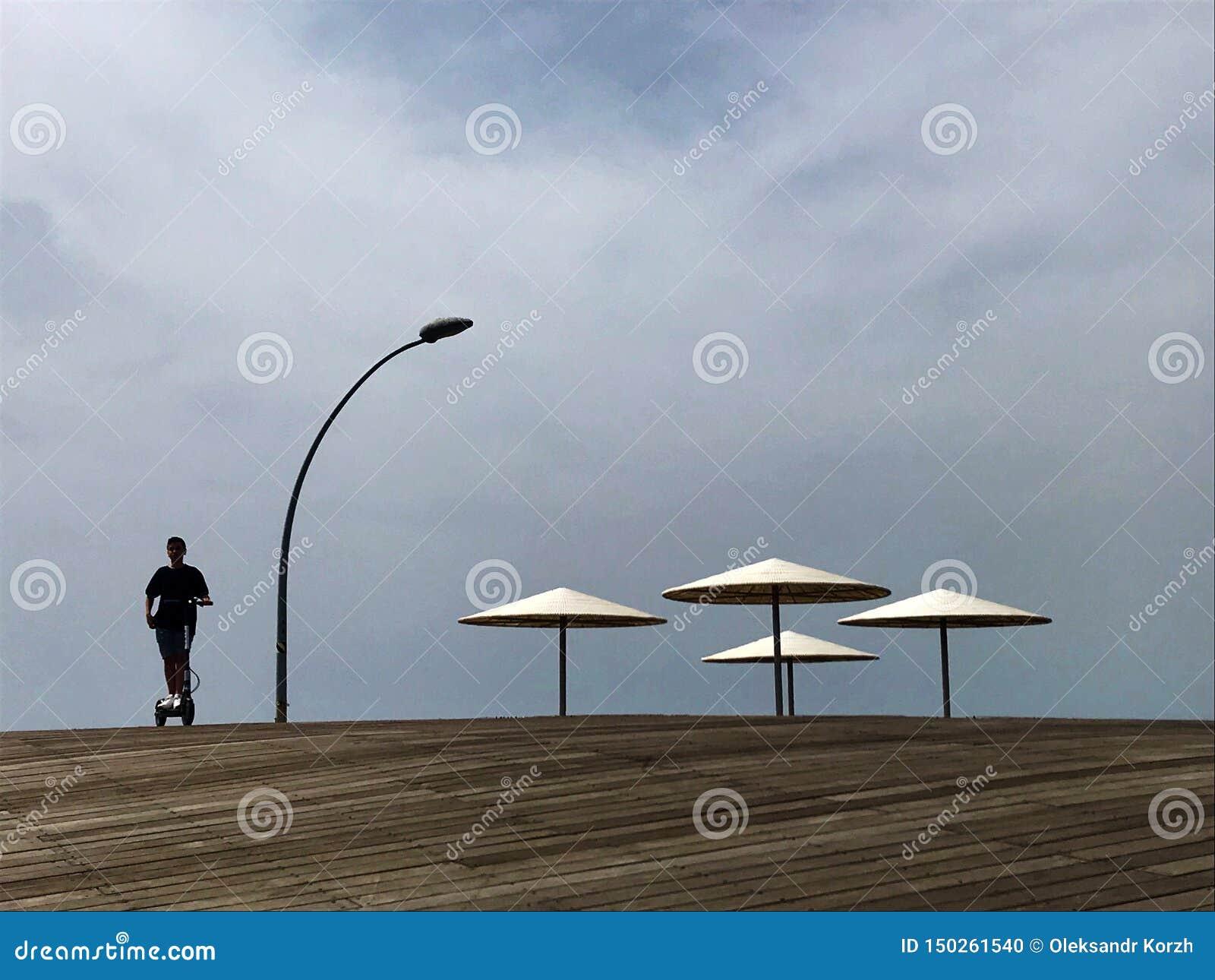 Vadio à moda na areia amarela a expor-se ao sol sunbed na praia