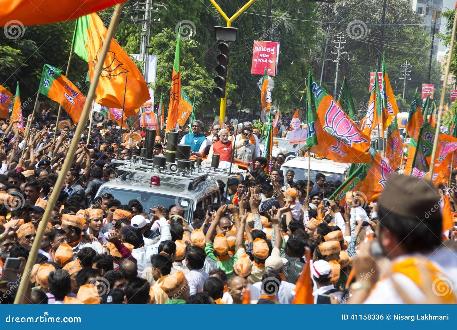 VADODARA GUJARAT/INDIA - 9th April 2014: Narendra Modi sparade hans utnämninglegitimationshandlingar från den Vadodara Lok Sabha