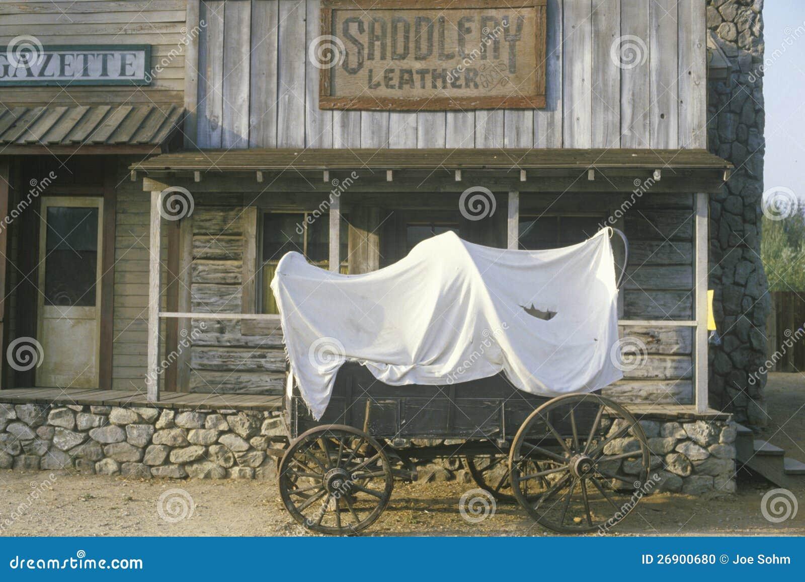 Vagão coberto na frente da loja do artigo de correeiro