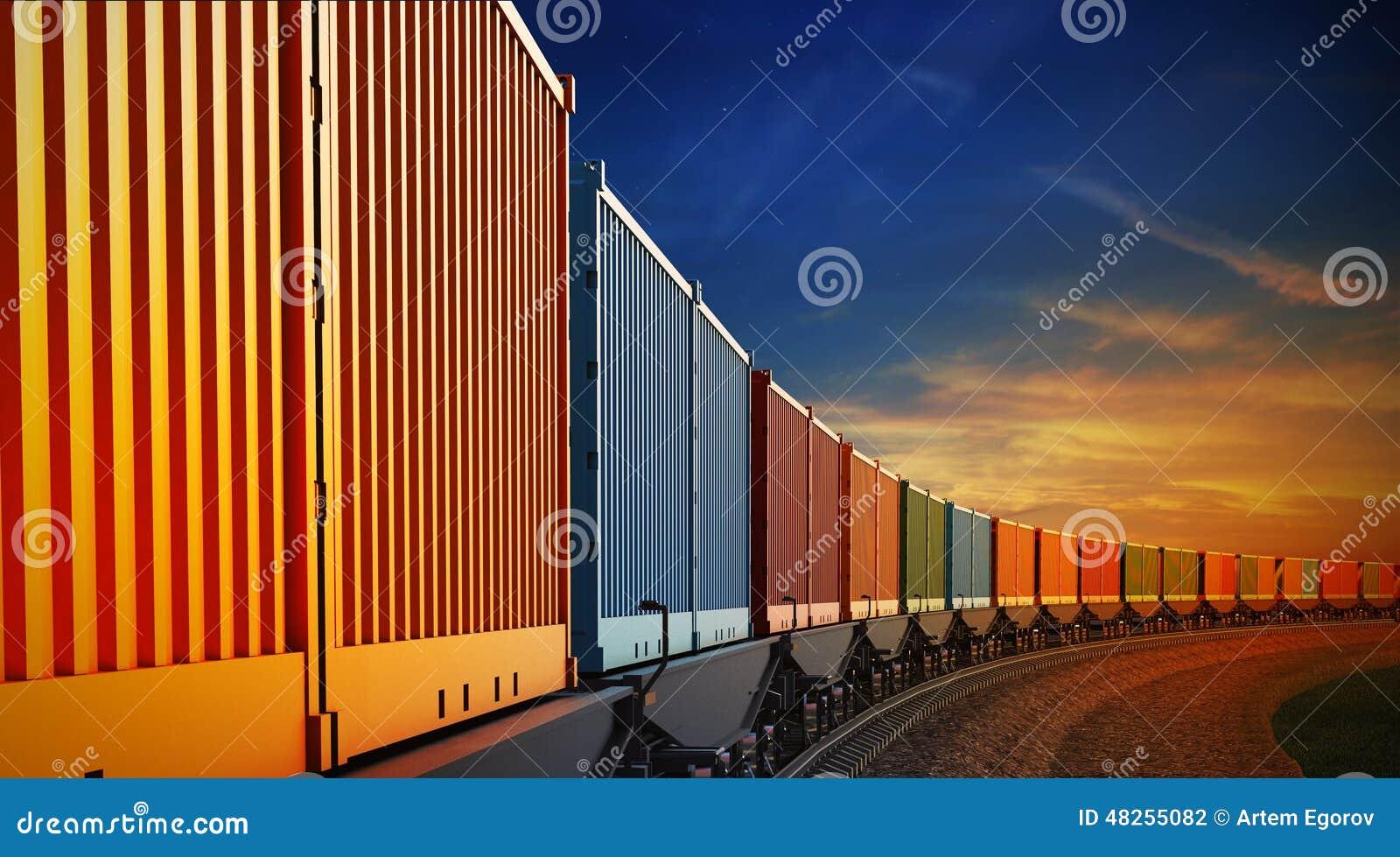 Vagão do trem de mercadorias com os recipientes no fundo do céu