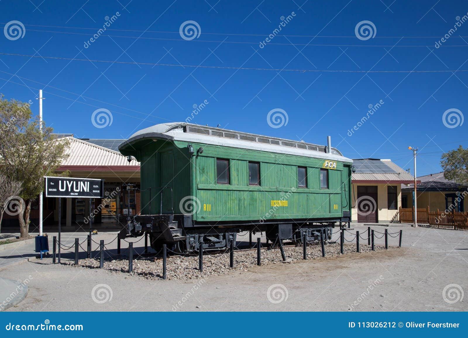 Vagão na frente do estação de caminhos-de-ferro de Uyuni