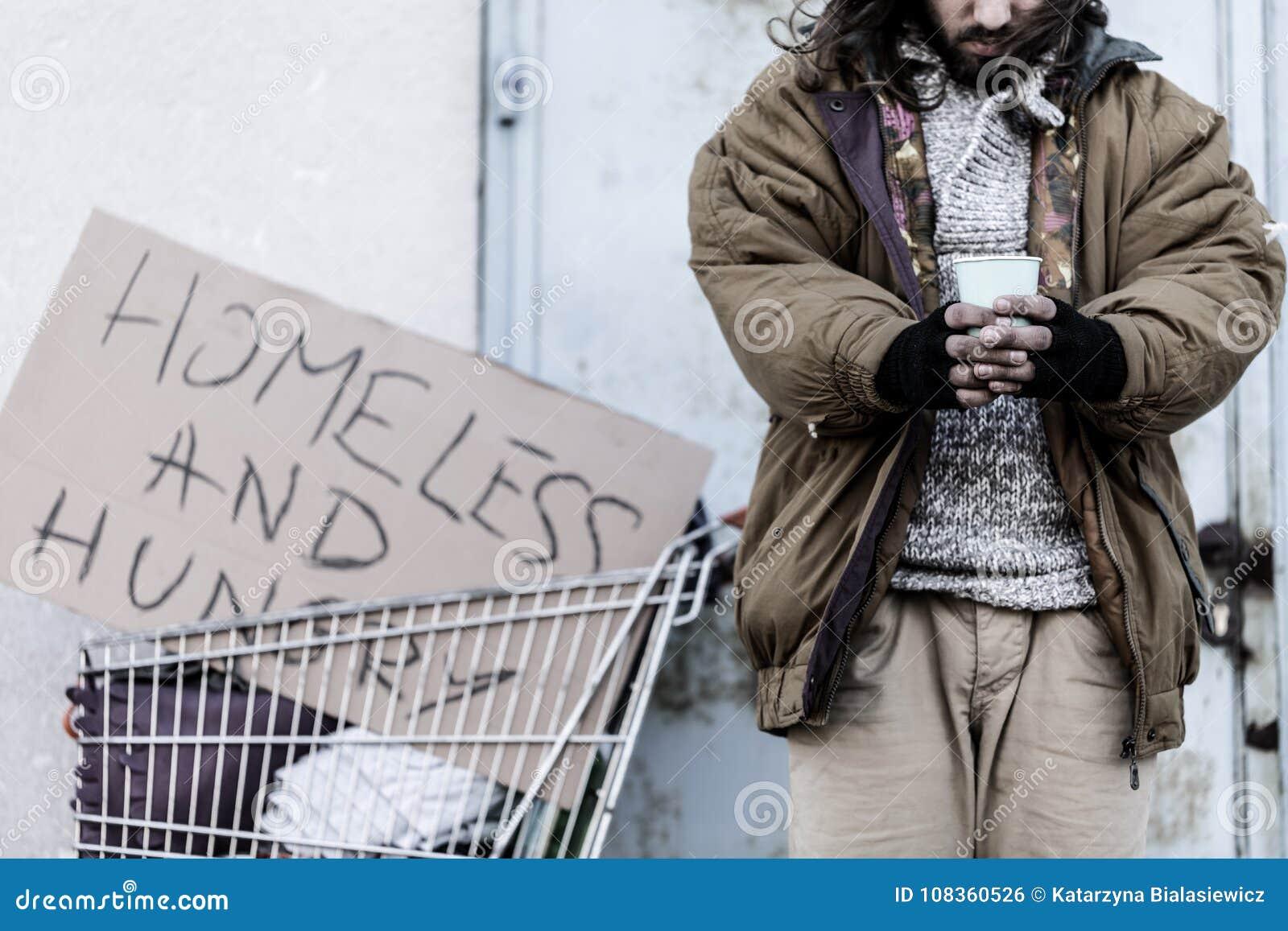 Vagabundo sin hogar y hambriento