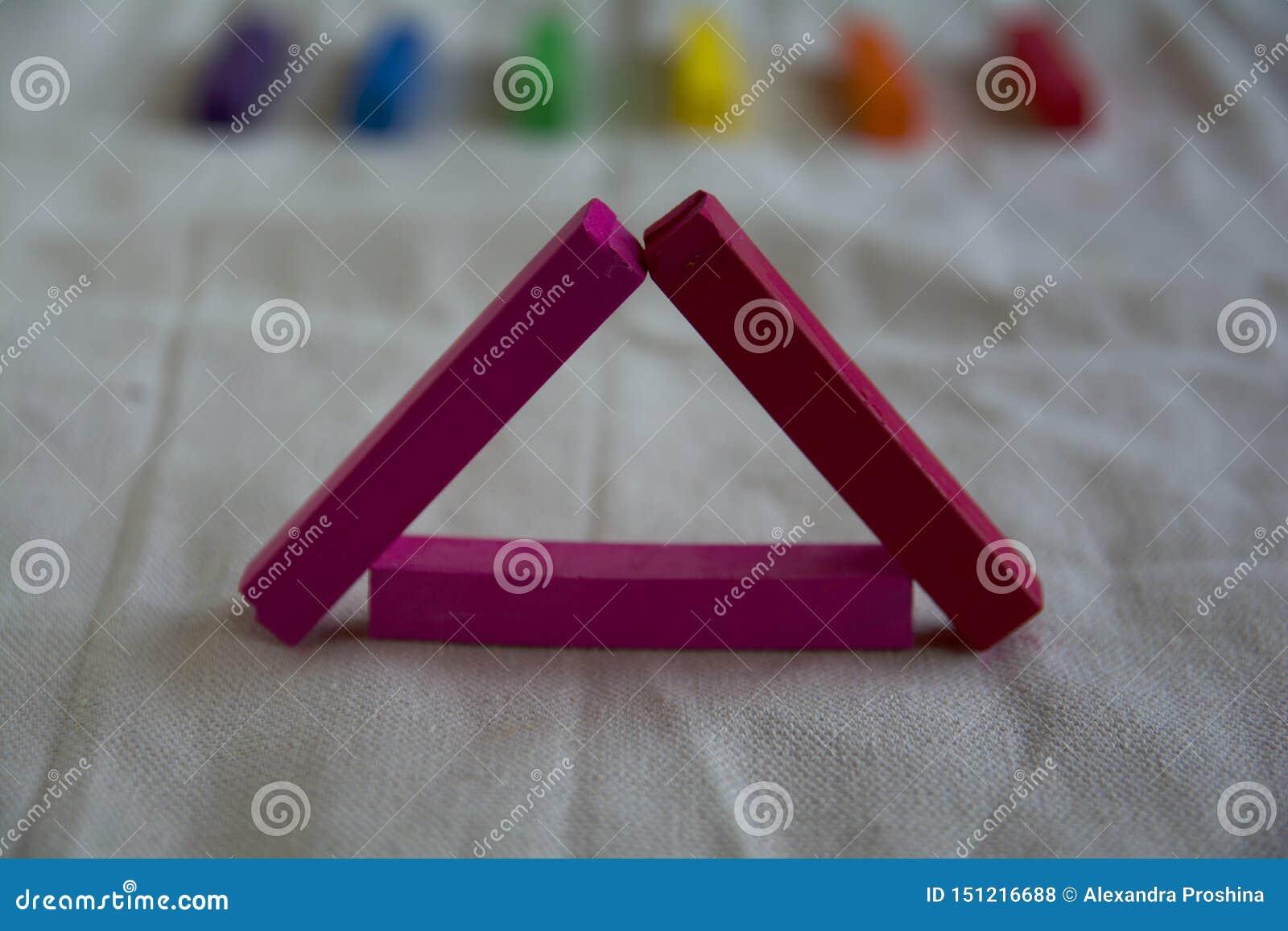Vage foto voor een achtergrond met een roze driehoek van artistieke pastelkleurstokken en regenboogvlekken LGBT-symbool