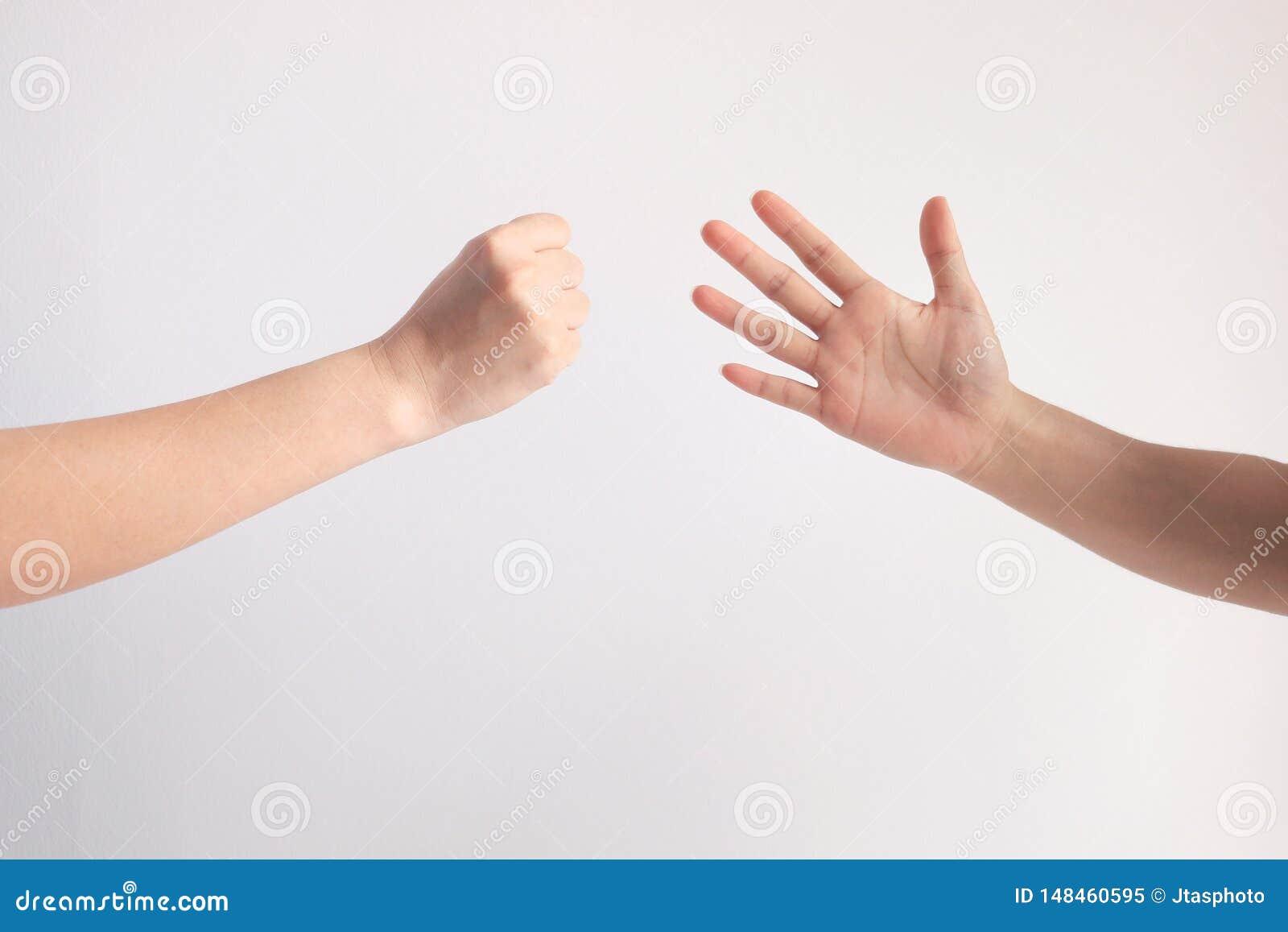 Vagga eller bulta symbolet, och det pappers- symbolet, i att spela, vaggar pappers- sax spelar på vit bakgrund
