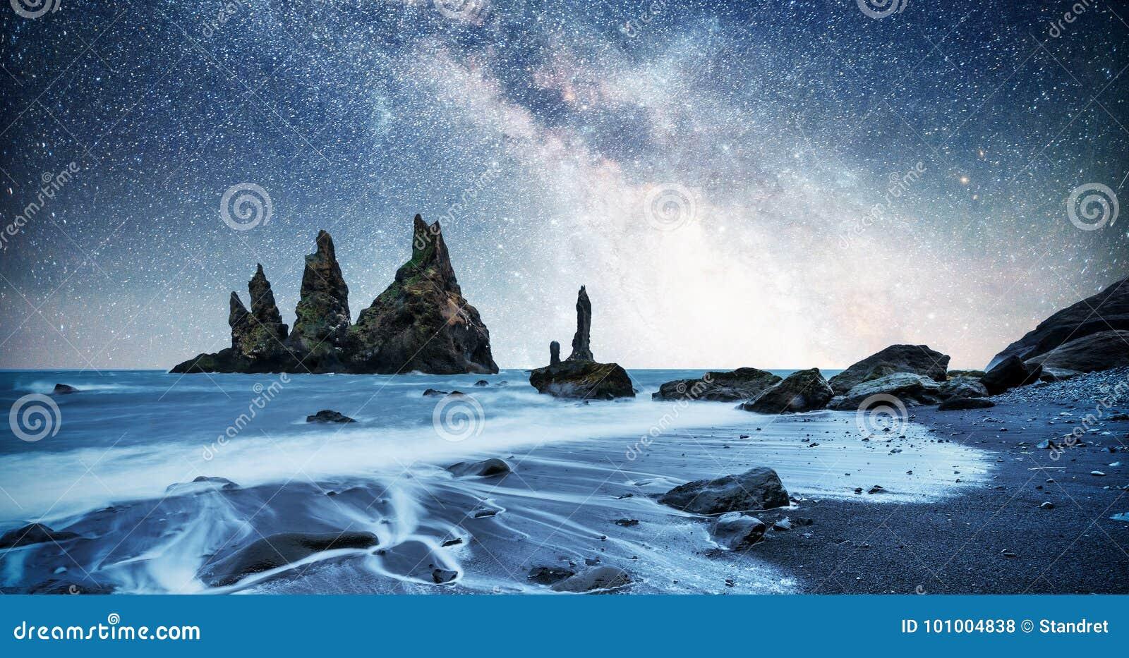Vagga fiska med drag i tår Reynisdrangar klippor svart sand för strand iceland