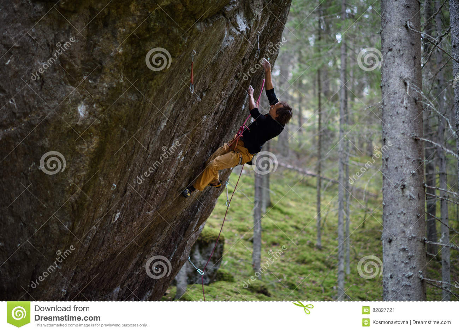 Vagga klättraren på en utmanande stigning klättra extreme Unika vintersportar Skandinavisk natur