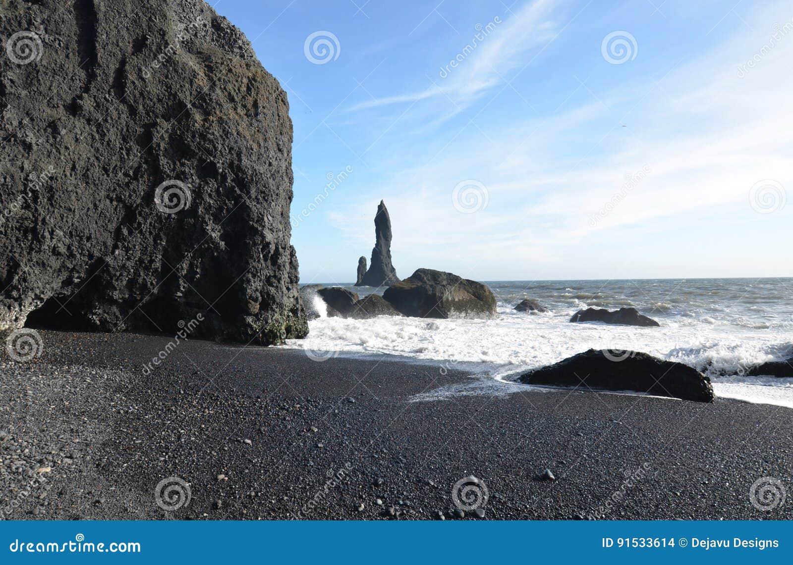 Vaggar, och havet staplar av kusten av den Reynisfjara stranden