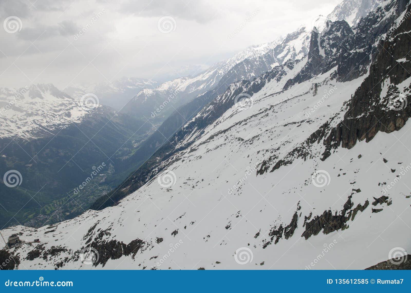 Vaggar och når en höjdpunkt av de franska fjällängbergen Mont Blanc massiv, Aiguille du Midi