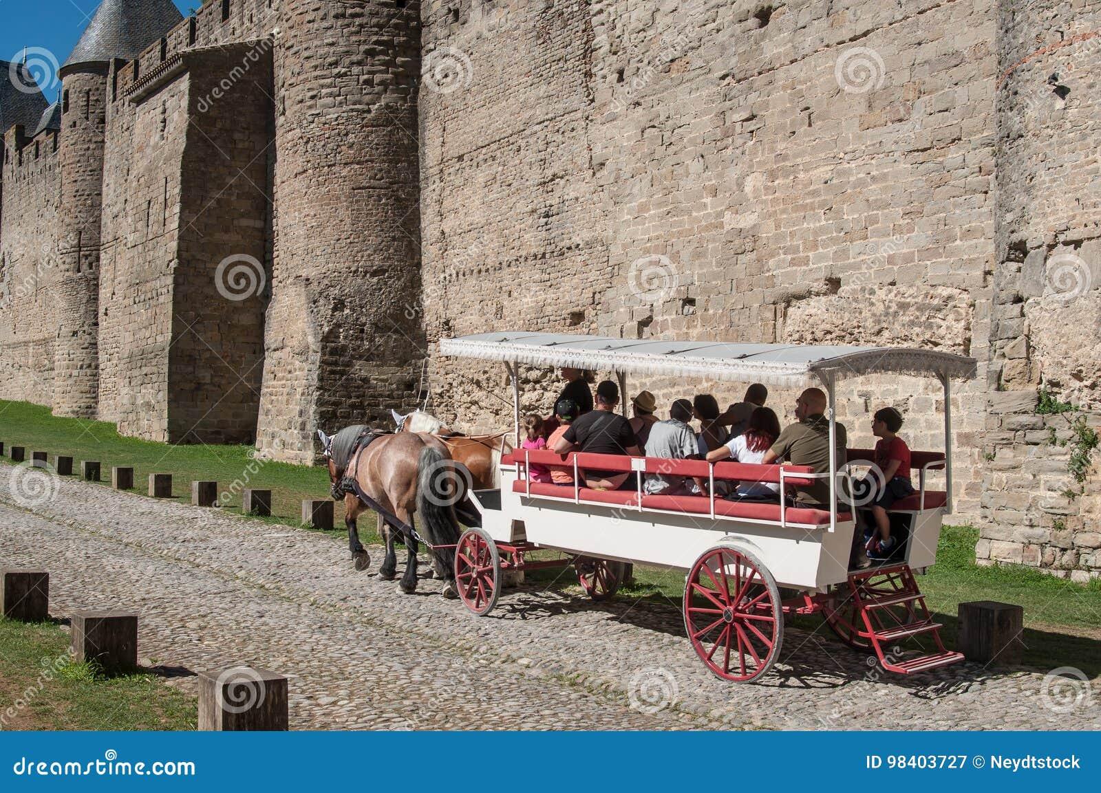 Vagn med turister runt om befästningarna