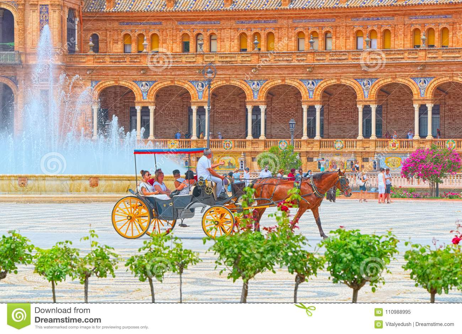 Vagnen med turister på den Spanien fyrkanten är en fyrkant som byggs i 192