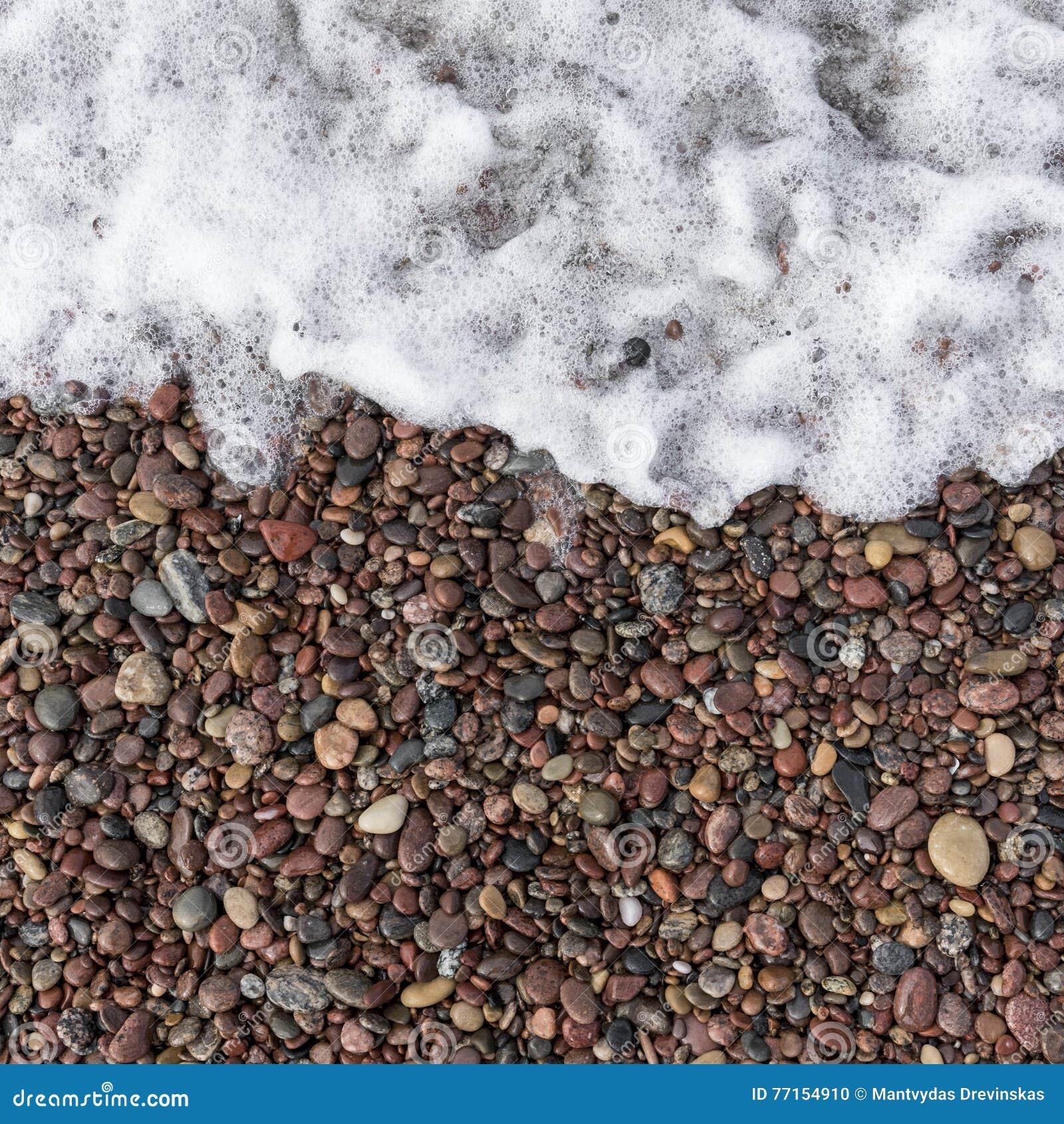 Vague de mer et pierres humides