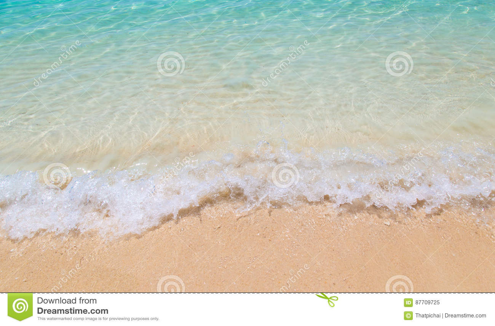 Vague molle de la mer sur la plage sablonneuse chez la Thaïlande