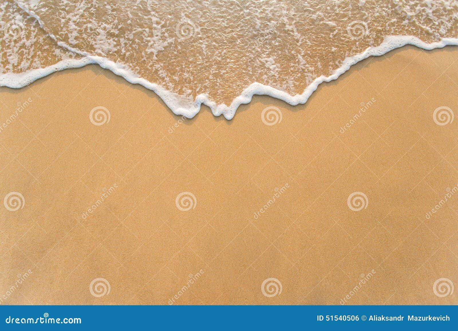 Vague sur la plage de sable