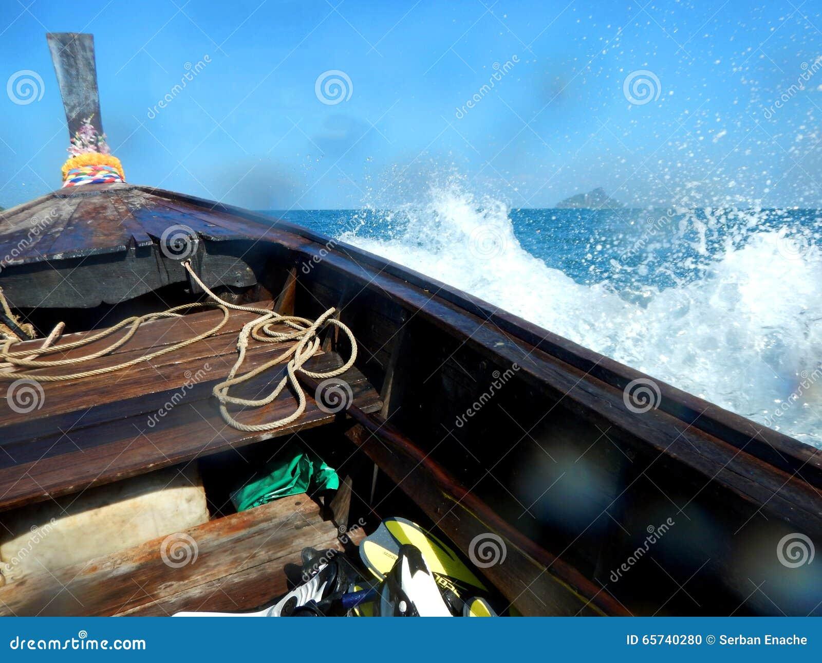 Vagues éclaboussant le bateau de longue queue, Thaïlande
