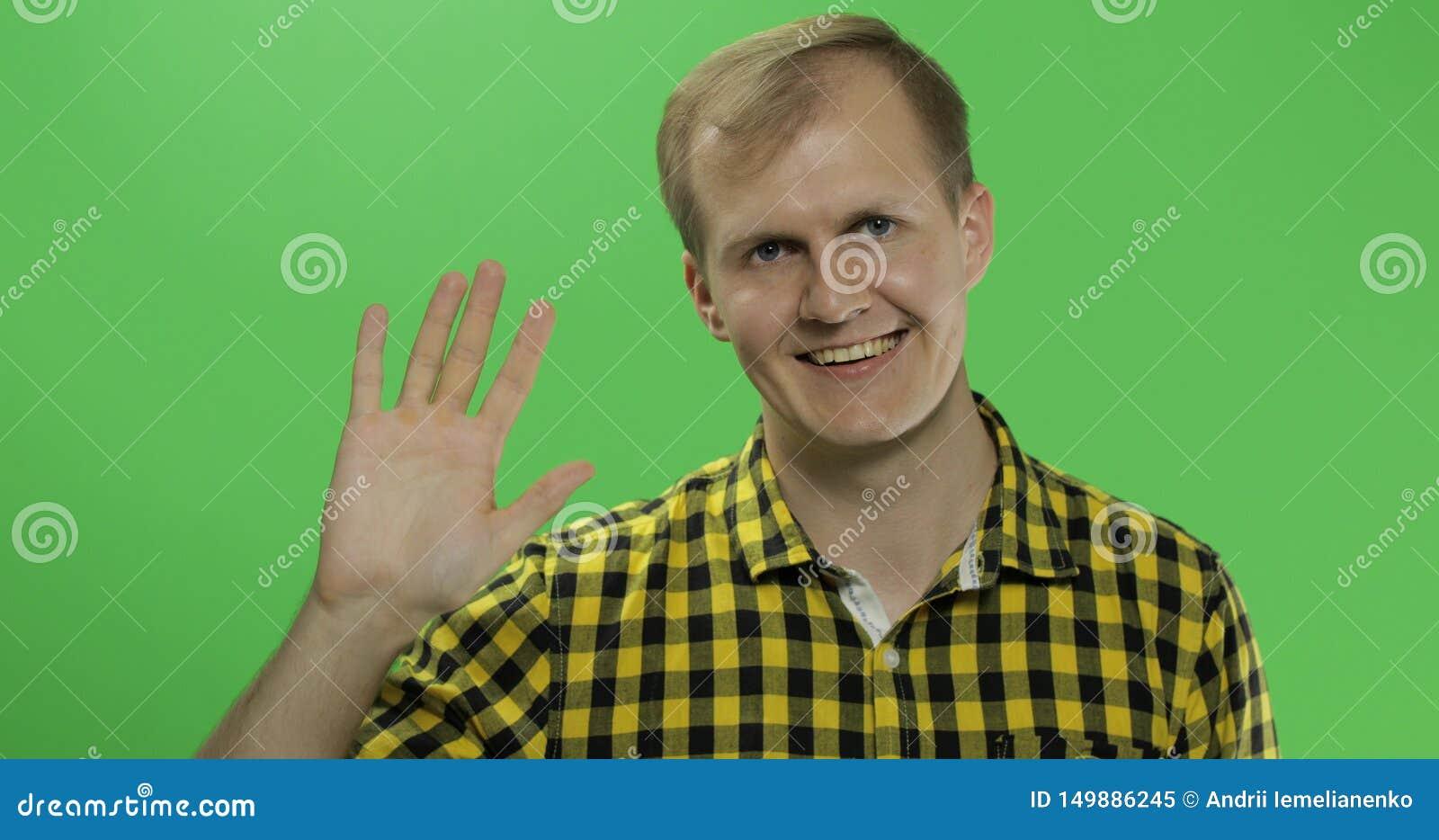 Vagues caucasiennes belles d homme et salutation sur la clé verte de chroma d écran