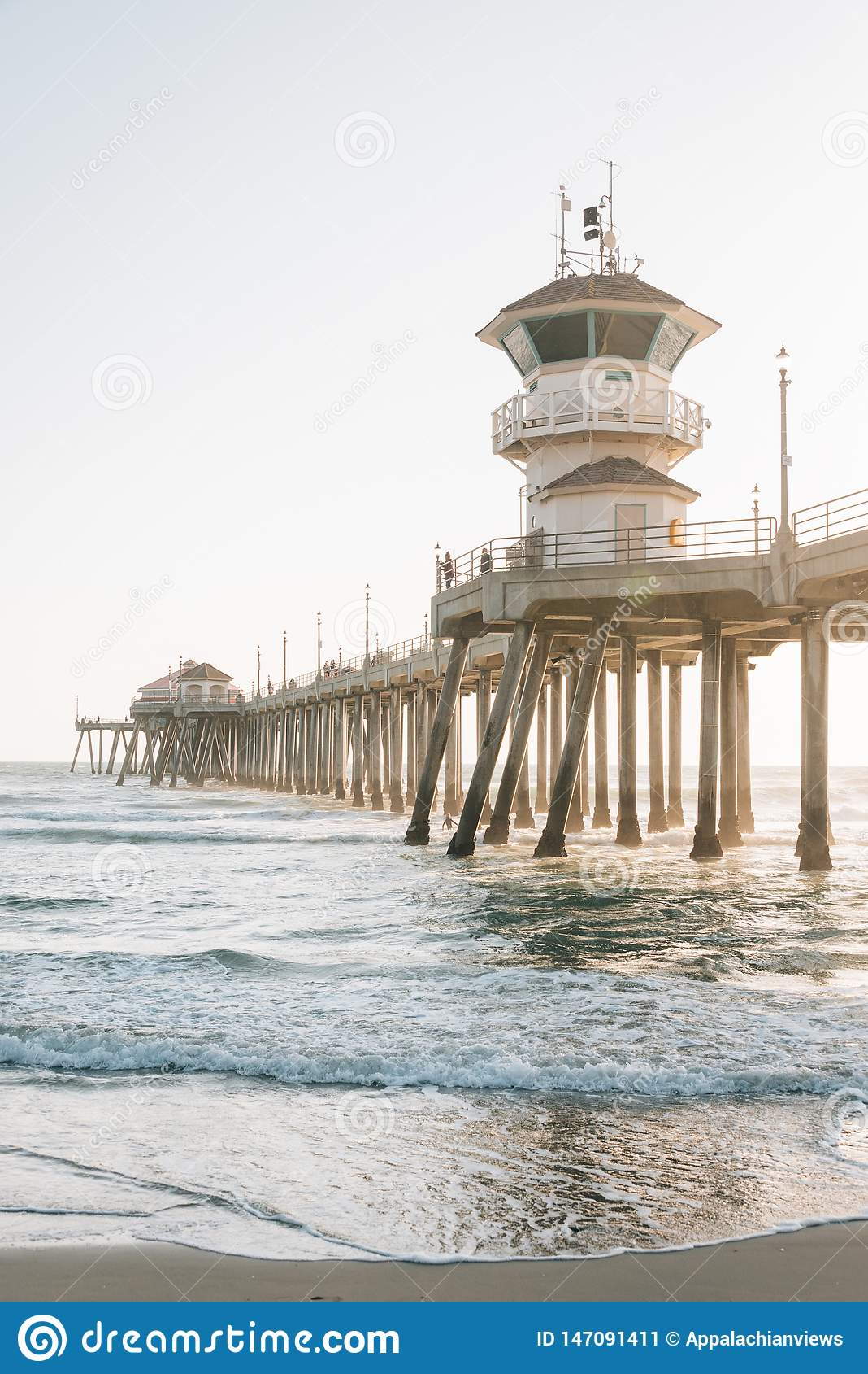 Vagues dans l océan pacifique et le pilier dans le Huntington Beach, Comté d Orange, la Californie