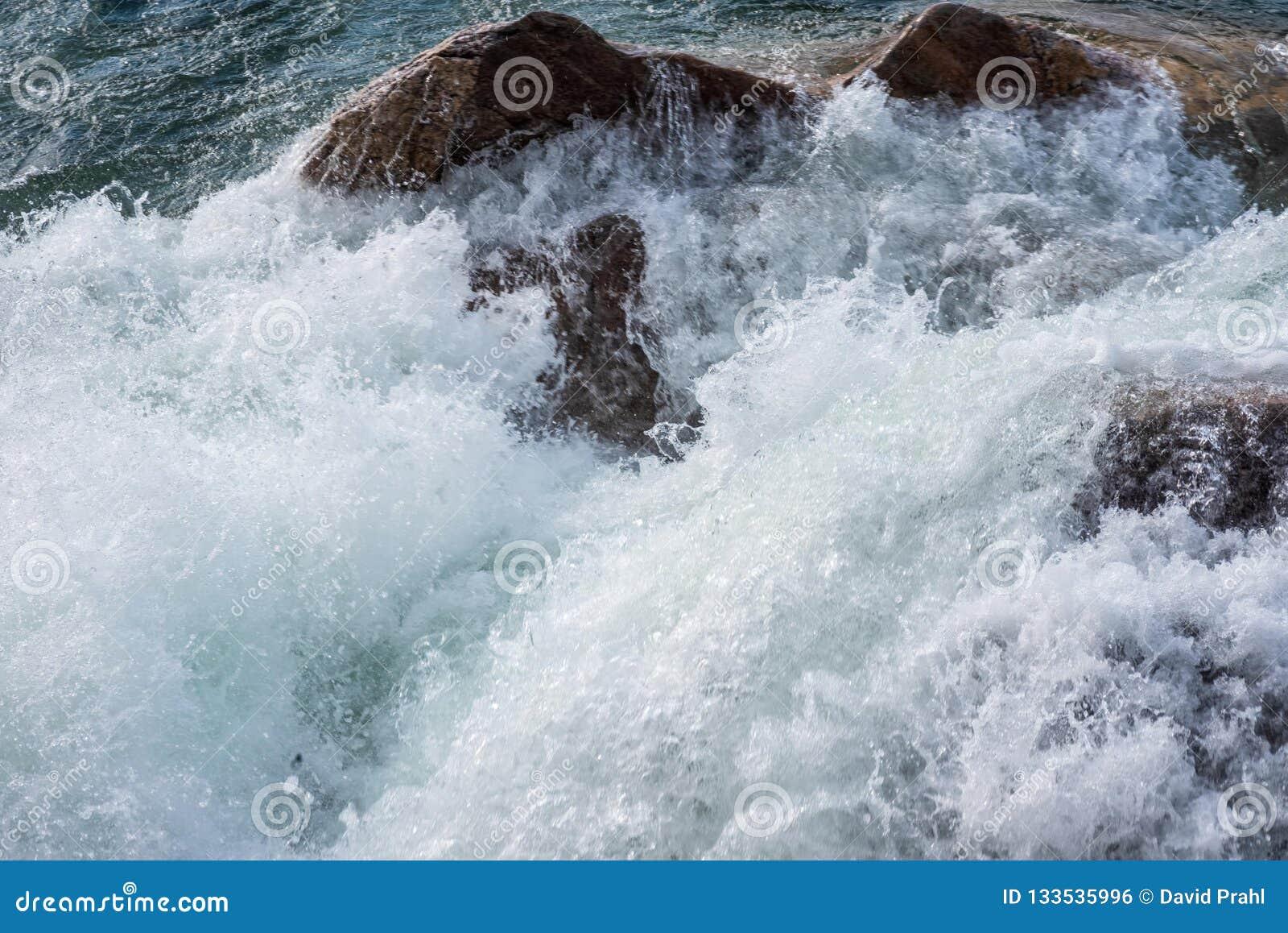 Vagues de montée subite de tempête se brisant contre le rivage