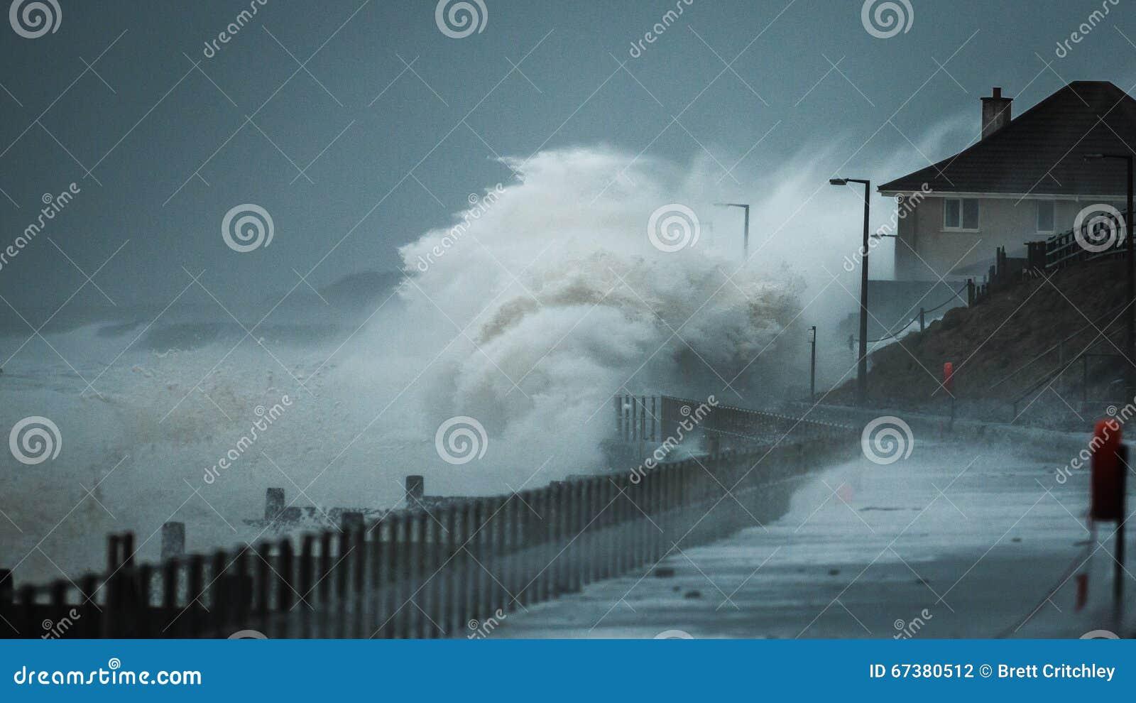 Vagues de tempête battant le littoral BRITANNIQUE