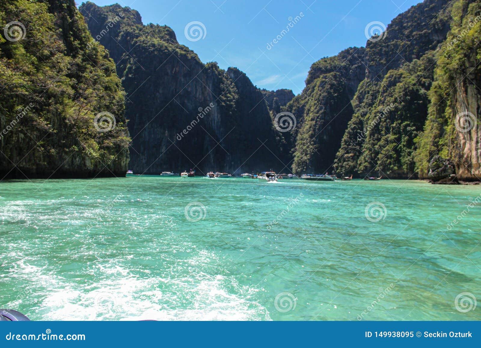 Vagues du hors-bord dans le golfe de Thaïlande
